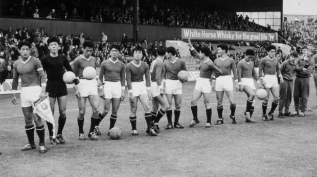 Equipe da Coreia do Norte pouco antes da partida da Copa do Mundo contra a Itália no Ayresome Park Stadium em Middlesbrough, Reino Unido, em 19 de julho de 1966. A Coreia ganhou o jogo por 1 a 0 (Central Press/Getty Images)