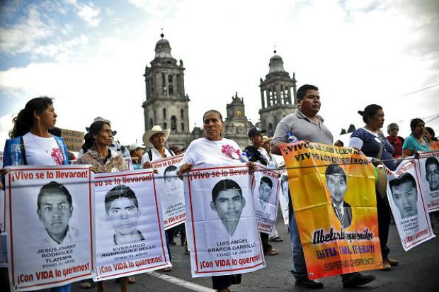 Pais dos 43 estudantes desaparecidos no México, supostamente assassinados pela polícia e por traficantes de drogas (Yuri Cortez/AFP/Getty Images)