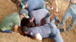 Polícia militar cava com as próprias mãos para resgatar menina de 9 anos