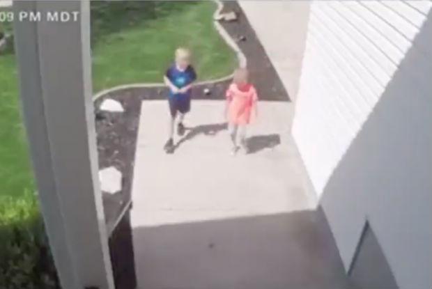 Dois meninos escolhem fazer a coisa certa, quando encontram dinheiro