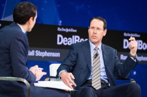 EUA, Trump, AT&T, reforma fiscal - Randall Stephenson fala no palco da Conferência DealBook de 2017 do New York Times, em Nova York, em 9 de novembro de 2017 (Michael Cohen/Getty Images para The New York Times)