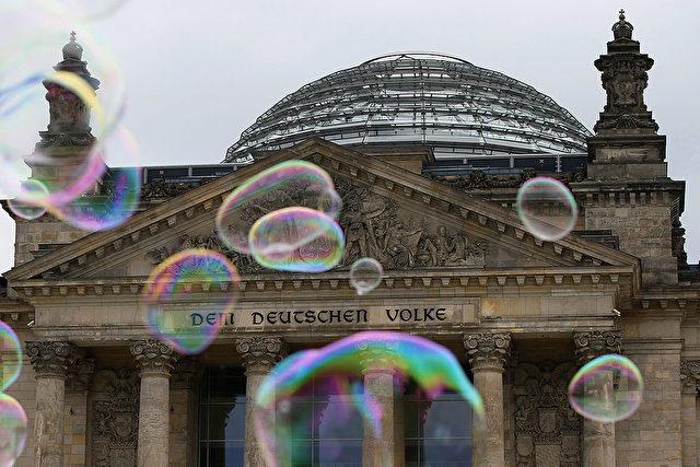 Die Kuppel des Bundestags zeichnet sich über dem Reichstag ab. Ist die Demokratie nur eine Seifenblase? Foto: Getty Images