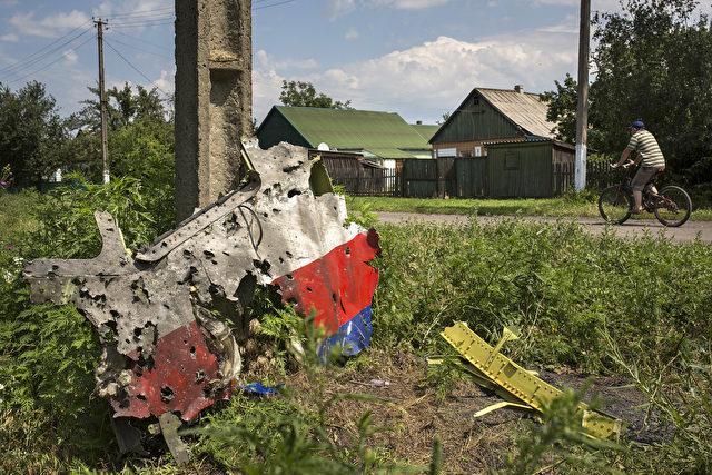 Dieses völlig zerschossene Stück MH 17 stammt laut Ex-Flugkapitän Peter Haisenko vom Cockpit der Maschine. Foto: Rob Stothard /Getty Images