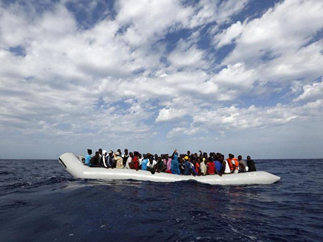 Flüchtlinge in einem Schlauchboot vor der italienische Insel Lampedusa. Foto: Darrin Zammit Lupi/MOAS.EU/dpa