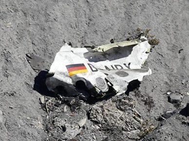 Ein Wrackteil der Germanwings-Maschine liegt an der Absturzstelle in den französischen Alpen. Foto: Sebastien Nogier/Archiv/dpa
