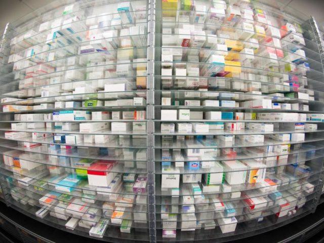 Medikamente liegen in einem Kommissionierautomat. Die Bundesregierung will die Arzneimittel-Preise mittels einer Umsatzschwelle drosseln. Foto: Daniel Reinhardt/Archiv/dpa