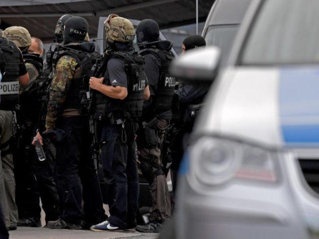 """SEK-Beamte der Bremer Polizei stehen vor dem Einkaufscentrum """"Weserpark"""" in Bremen bereit. Foto: Ingo Wagner/dpa"""