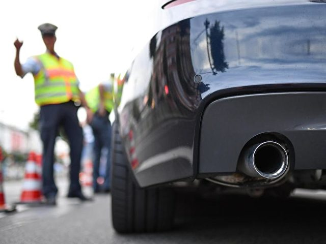 Breit und laut:In Mannheim machen die Autoposer den Anwohnern das Leben zur Hölle. Foto: Uwe Anspach/dpa