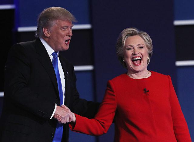 Donald Trump und  Hillary Clinton nach einer Präsidentschaftswahl Debatte in Hofstra University am 26. September 2016 in Hempstead, New York. Foto: Spencer Platt/Getty Images