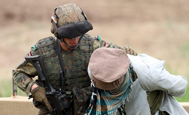 Soldat übt Festnahme Foto: über dts Nachrichtenagentur