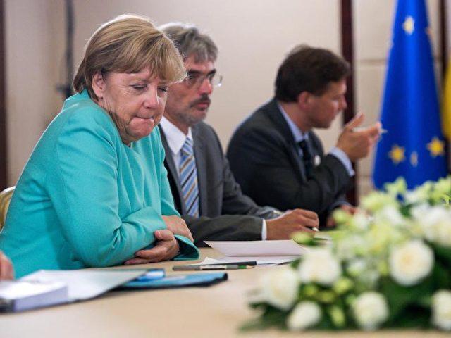 Merkel verfolgt die Landtagswahl beim G20-Gipfel im ostchinesischen Hangzhou. Foto: Bernd von Jutrczenka/dpa