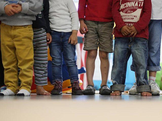 Das höchste Armutsrisiko hat der Nachwuchs von Alleinerziehenden oder aus kinderreichen Familien. Foto: Christian Charisius/Archiv/dpa