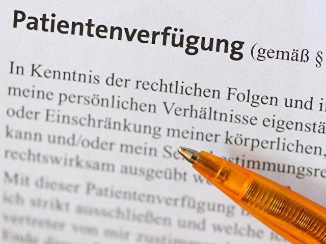 Die Stiftung Patientenschutz vermutet, dass die Inhalte des Patientenverfügungsgesetzes bei den geschätzt 23 Millionen Menschen, die eine Patientenverfügung verfasst haben, weitgehend unbekannt sind. Foto: Jens Kalaene/dpa
