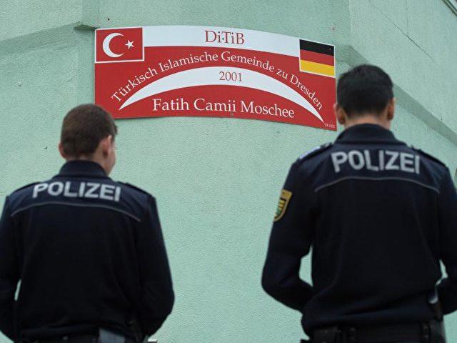 Polizisten vor der Fatih Camii Moschee inDresden. Foto: Sebastian Kahnert/dpa