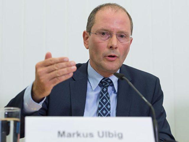 Sachsens Innenminister Markus Ulbig nahm die Polizei gegen Vorwürfe in Schutz, sie habe am 3. Oktober die Pegida-Demonstranten zu sehr gewähren lassen. Foto: Sebastian Kahnert/dpa