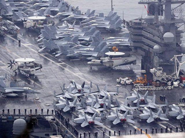 Zugeparkt: Mit zahlreichen Kampfjets an Deck erreicht die USS Ronald Reagan den Hafen von Busan. Der Flugzeugträger beteiligt sich an einem gemeinsamen Manöver mit der südkoreanischen Marine. Foto: Yonhap/dpa