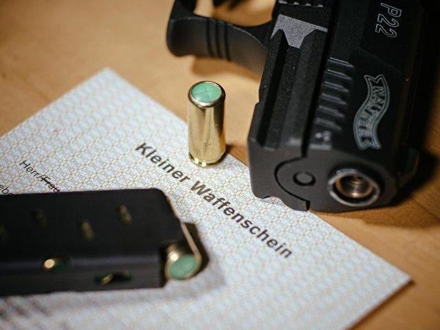 Ende September waren 440.185 der sogenannten Kleinen Waffenscheine registriert. Foto: Oliver Killig/dpa
