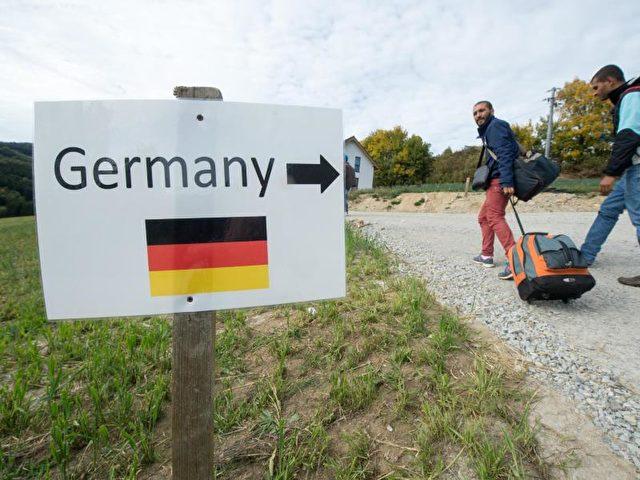 Flüchtlinge aus Syrien im Oktober 2015 in Österreich auf dem Weg zur deutschen Grenze. Foto: Armin Weigel/dpa