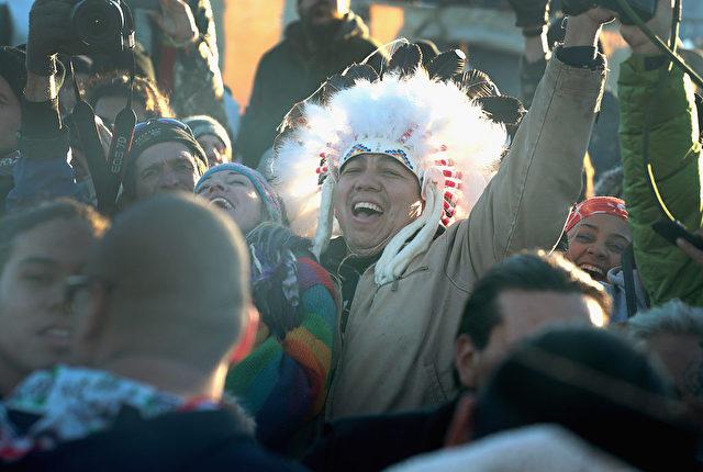 Der Sioux-Stamm Standing Rock protestiere seit Monaten gegen die Pipeline, die von North Dakota an der kanadischen Grenze durch mehrere Bundesstaaten nach Illinois verlaufen soll. 4. Dezember 2016. Foto: Scott Olson/Getty Images