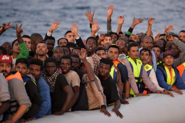 Migranten im Mittelmeer. Foto: ANDREAS SOLARO/AFP/Getty Images