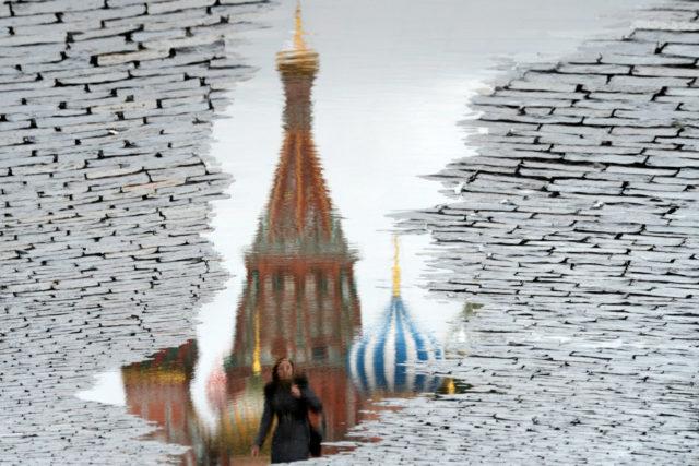 Eine Spiegelung der St.Basilius Kirche in Moskau. Foto: KIRILL KUDRYAVTSEV/AFP/Getty Images
