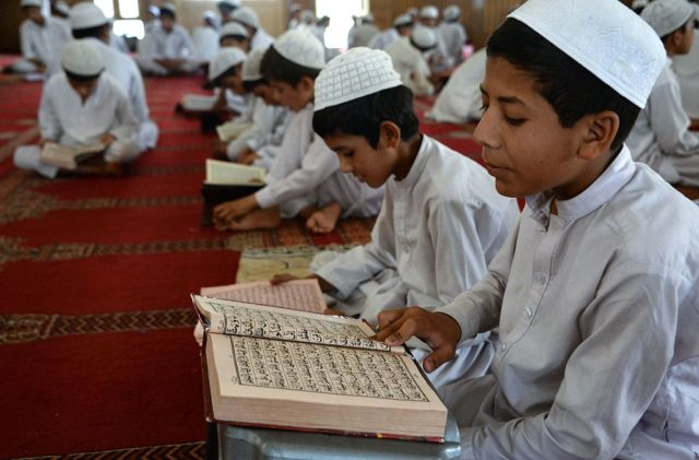 Kinder lesen den Koran. Foto: NOORULLAH SHIRZADA/AFP/Getty Images