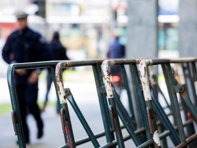 Ein Polizist geht gegenüber dem Maritim Hotel in Köln an Absperrungen vorbei. Dort findet der Bundesparteitag der AfD statt. Foto: Rolf Vennenbernd/dpa
