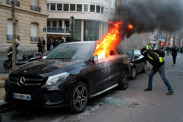 «Gilets jaunes» acte XIII: de nombreux incendies dont une voiture vigipirate en feu au pied de la Tour Eiffel