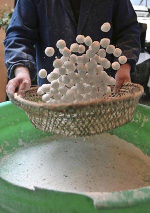 Традиционное блюдо. 4 марта 2007 года отмечался традиционный китайский праздник Юаньсяо. Пекарь из Наньцзина демонстрирует приготовление традиционных клейких рисовых шариков. Фото: China Photos/Getty images
