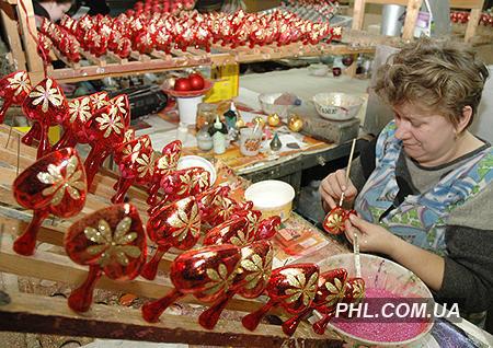 Изготовление елочных игрушек на Львовском стеклозеркальном заводе. Фото: http://phl.com.ua