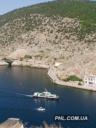 На фото показан катер и маленькая лодка, которые заплыли в бухту Балаклавы.  Фото: http://phl.com.ua