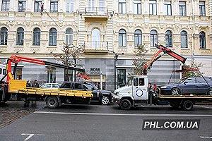 Эвакуация автомобилей, которые были припаркованы с нарушением правил в Киеве. Фото: Андрей Мосиенко http://phl.com.ua/