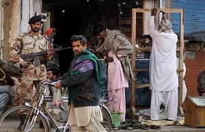 Пакистанский военный стоит на страже, в то время как жизнь возвращается в норму в Ларкане - родном городе убитого экс-премьера Пакистана Беназир Бхутто. Фото: Asif Hassan/AFP/Getty Images