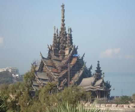 Деревянный буддистский храм в Паттайе. Когда он будет достроен, как говорится в легенде, то завершит царствование последний король Таиланда. Фото: Александр Карпов