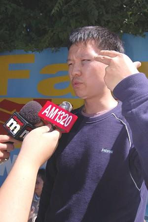 «Человек направил на мою голову пистолет и закричал на английском: «Не оставайся здесь, убирайся отсюда!» - сказал в интервью Раймонд Чжан. Фото: Великая Эпоха