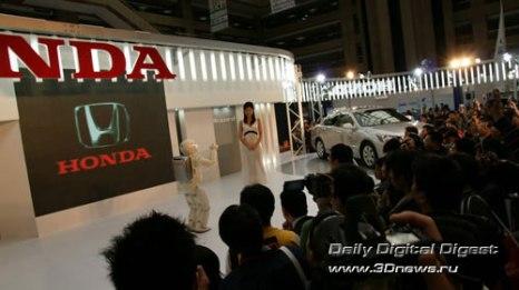 Стенд компании Honda. Робот Honda ASIMO (Advanced Step in Innovative MObility) образца 2005 года, обыгрывавший девушек в футбол. Фото: 3dnews.ru