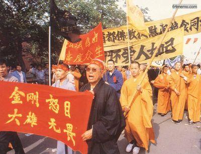 17 мая 1989 г. Монахи поддерживают акцию голодовки студентов. Фото с 64memo.com