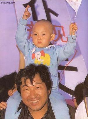 18 мая 1989 г. Малыш, сидя на плечах своего отца, держит плакат с надписью «Поддерживаю студенческое движение». Фото с 64memo.com