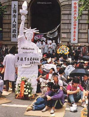 19 мая 1989 г. В Шанхае студенты, участвующие в акции голодовки напротив здания правительства, соорудили статую Свободы. Фото с 64memo.com
