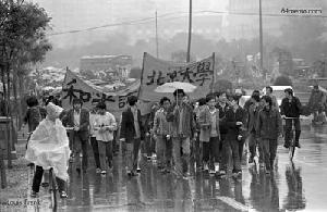 20 апреля 1989 г. Первая демонстрация студентов пекинского университета, выражающих протест по поводу разгона акции студентов 19 июня. Фото с 64memo.com