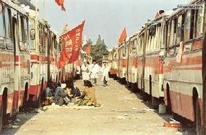 25 мая 1989 г. Автобусы на площади Тяньаньмэнь стали временным домом многих студентов. Фото с 64memo.com
