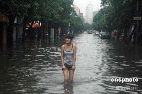 Ливень практически затопил город Бэйхай. Фото: Цзян Сюелин/China News