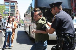 26 мая 2008 года. Полиция арестовала бандита, совершившего нападение на одного из последователей Фалуньгун. Фото: Великая Эпоха