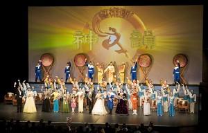 Аудитория приветствовала исполнителей стоя, с постоянными аплодисментами в течение второго вечера подряд. Фото: Ян Якилек/Великая Эпоха
