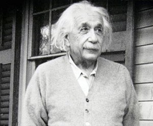 Альберт Эйнштейн: «Моя религия состоит из скромного восхищения безграничным превосходящим духом, проявляющим себя в мельчайших деталях, которые мы способны воспринимать своими слабыми умами. То глубокое эмоциональное убеждение в присутствии всё превосходящей логической силы, проявляющей себя в необъяснимой вселенной, и является моей идеей о Боге». Фото: Toru Yamanaka /AFP /Getty Images
