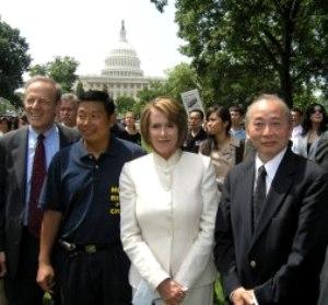 Сюй Вэньли (крайний справа) и cпикер американского парламента Нэнси Пелози (вторая справа) 11 июня 2008 г. посетили митинг в память об инциденте