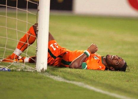 Дидье Дрогба, лежа на газоне, истерически смеется. Его команда проиграла. Гана, Африка. Полуфинал Кубка африканских наций-2008 между сборными Кот Д`Ивуар и Египта. Фото: Lefty Shivambu/Gallo Images/Getty Images