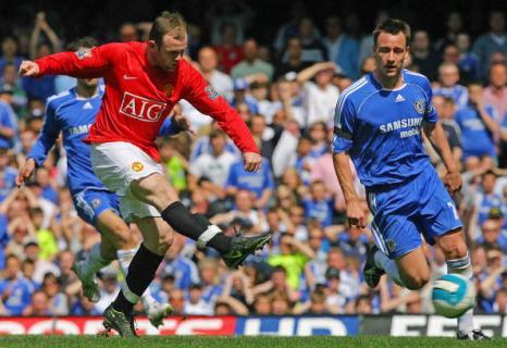 Уэйн Руни (слева) сравнивает счет. Стэмфорд Бридж, Лондон. Матч между «Челси» и «МЮ», возможно, решивший судьбу чемпионства в английской Премьер-лиге. Фото: CARL DE SOUZA/AFP/Getty Images