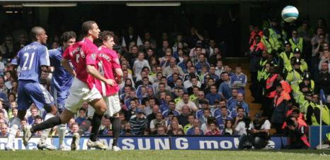 Герой матча Михаэль Баллак (второй слева) открывает счет на табло. Стэмфорд Бридж, Лондон. Матч между «Челси» и «МЮ», возможно, решивший судьбу чемпионства в английской Премьер-лиге. Фото: CARL DE SOUZA/AFP/Getty Images