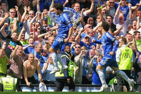 Михаэль Баллак вместе с болельщиками радуется после того, как с пенальти забил в ворота «МЮ» победный гол. Стэмфорд Бридж, Лондон. Матч между «Челси» и «МЮ», возможно, решивший судьбу чемпионства в английской Премьер-лиге. Фото: CARL DE SOUZA/AFP/Getty Images